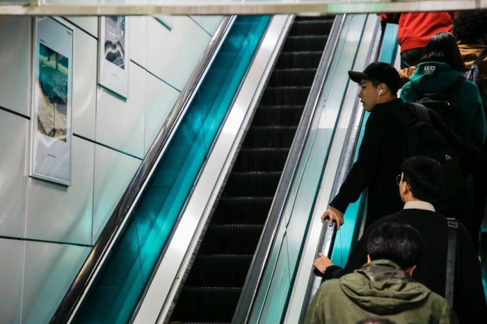 보문역에서 전시를 바라보는 남성 (사진=우이신설 문화예술철도 공식 홈페이지)