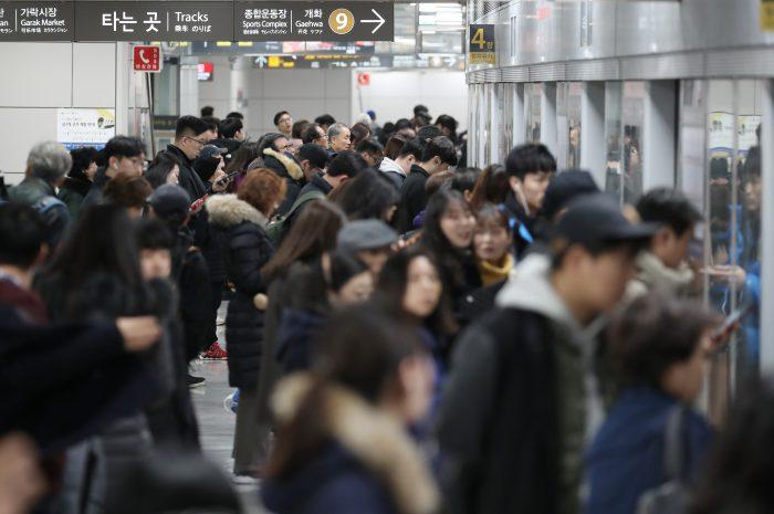 출근길에 지하철 9호선을 이용하는 시민들 (사진=연합뉴스)