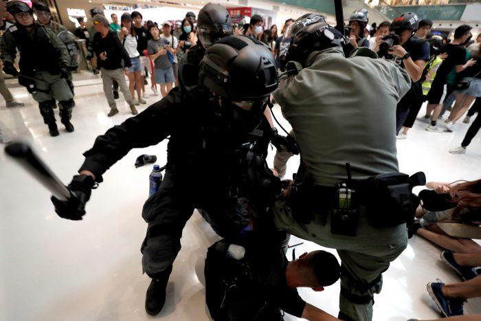 반정부 시위자 구타하는 홍콩경찰 (사진=연합뉴스)