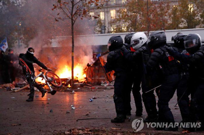 5일 프랑스 파리의 연금개편 저지 집회에서 경찰과 시위대가 대치하고 있다. (사진=연합뉴스)